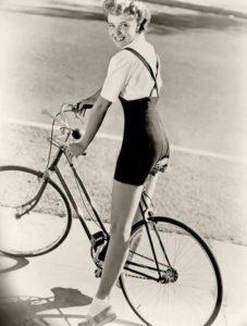 donna in bici bianco e nero