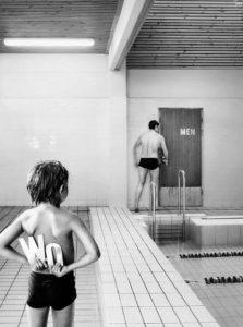 immagine per post sulle piscine e la nudità